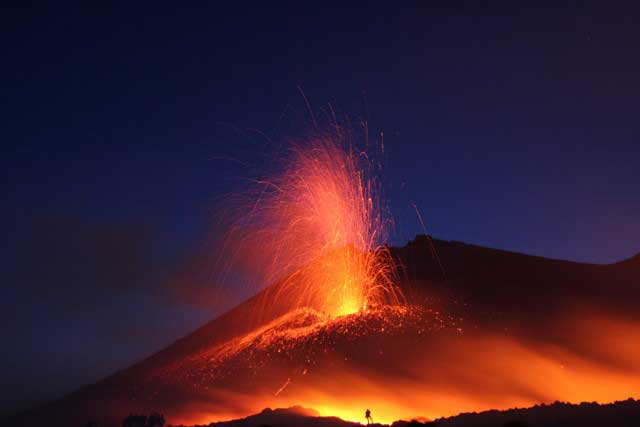 Gunung Berapi Lokon Meletus